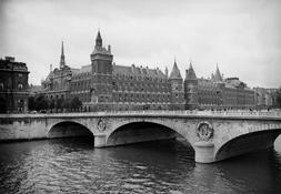 Paris. La Conciergerie et le Pont au Change. Eté 1942  © Roger – Viollet