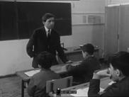Un professeur récite à ses élèves le